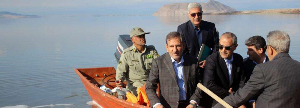 Es'haq Jahangiri, the first vice president (2nd L), visited Urmia Lake on April 1.