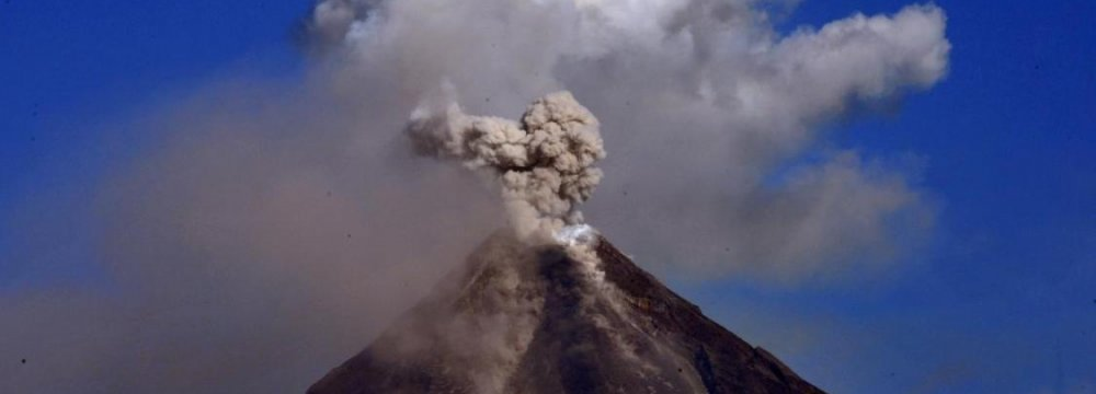 Lava Flows From Philippine  Volcano, 1000s Flee