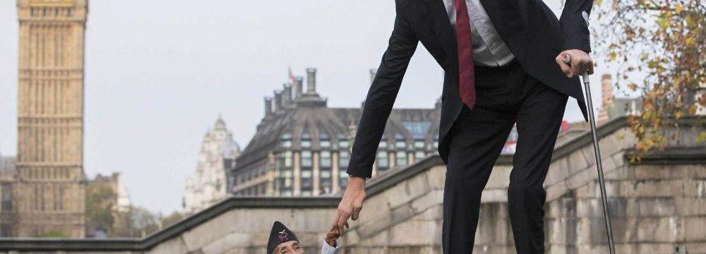 World's Tallest and Shortest Men Meet