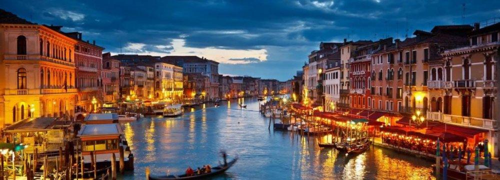 Rowdy Tourists Irk Venetians