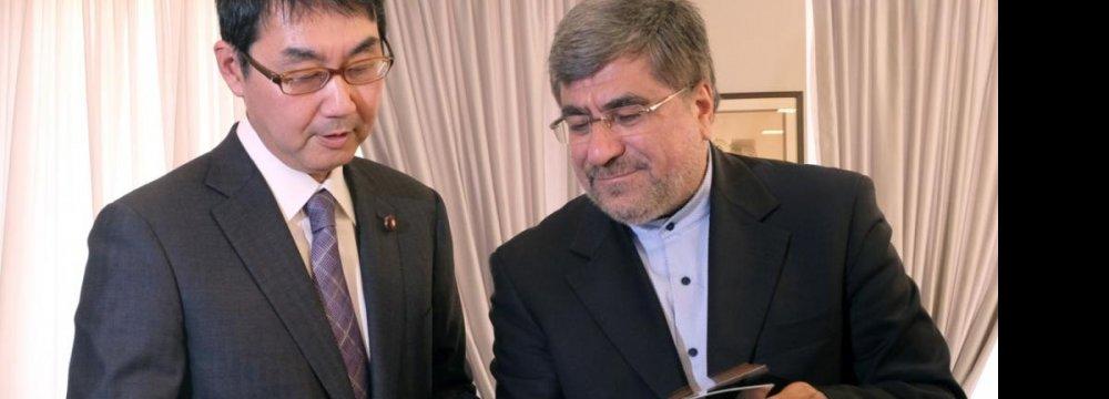 Abe's Advisor, Minister Call for Closer Bonds