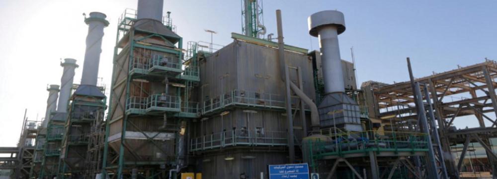 Oil Declines as Surplus Forecast Counters Libya Worries