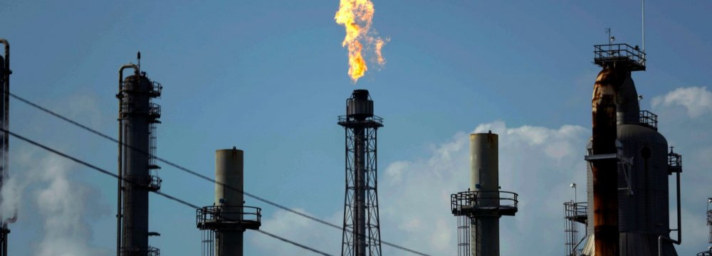 Oil Declines But Set for Third Weekly Rise