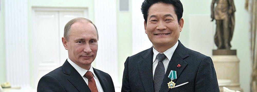 Vladimir Putin (L) and Song Young-gil