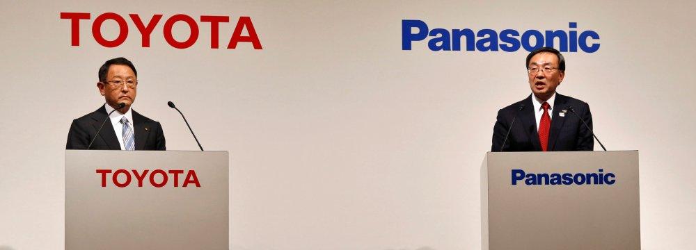 Toyota Chief Akio Toyoda (L) and Panasonic CEO Kazuhiro Tsuga attend a news conference in Tokyo on Wednesday.
