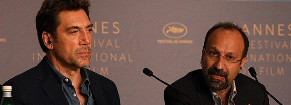 Asghar Farhadi (R) and Javier Bardem at the press conference on May 9.