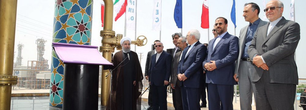 President Hassan Rouhani (L) inaugurates new South Pars phases in Asalouyeh on April 16.