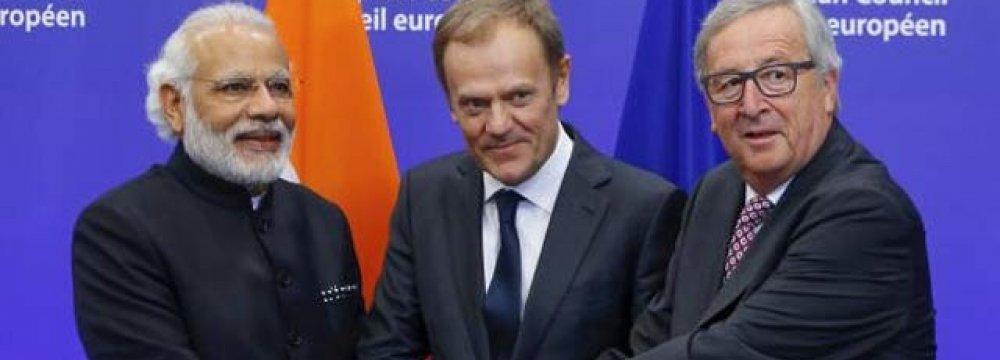 (From L to R) Narendra Modi, Donald Tusk  and Jean-Claude Juncker in New Delhi, Oct. 6.