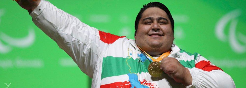 Siamand Rahman posing his gold medal at 2016 Rio Paralympics