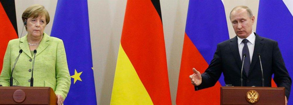 Angela Merkel (L) and Vladimir Putin