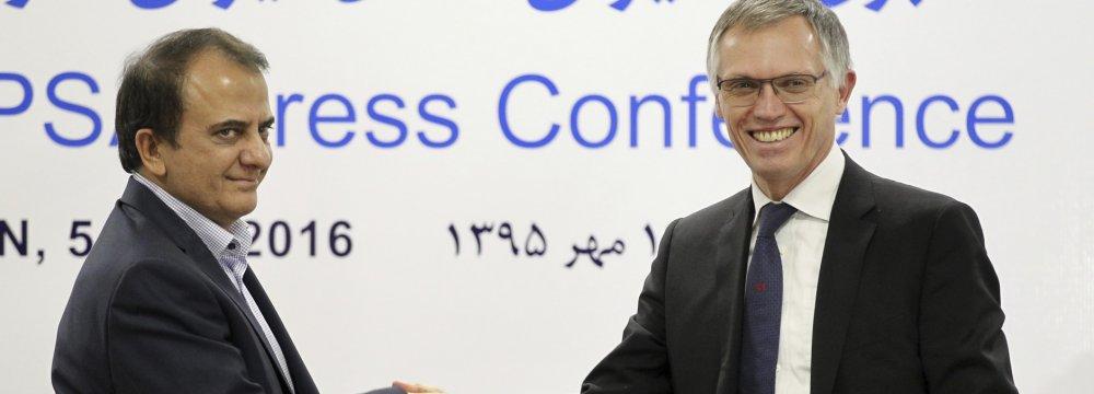 Iran Khodro chief Hashem Yekkezare, left, and the chairman of the managing board of Peugeot Citroen PSA Carlos Tavares