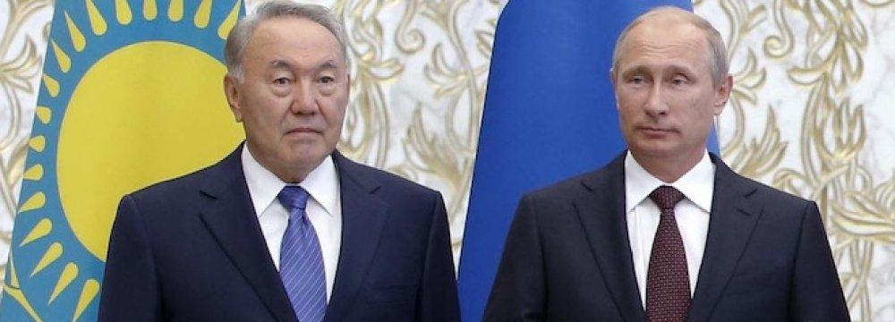 Nursultan Nazarbayev (L) and Vladimir Putin (File Photo)