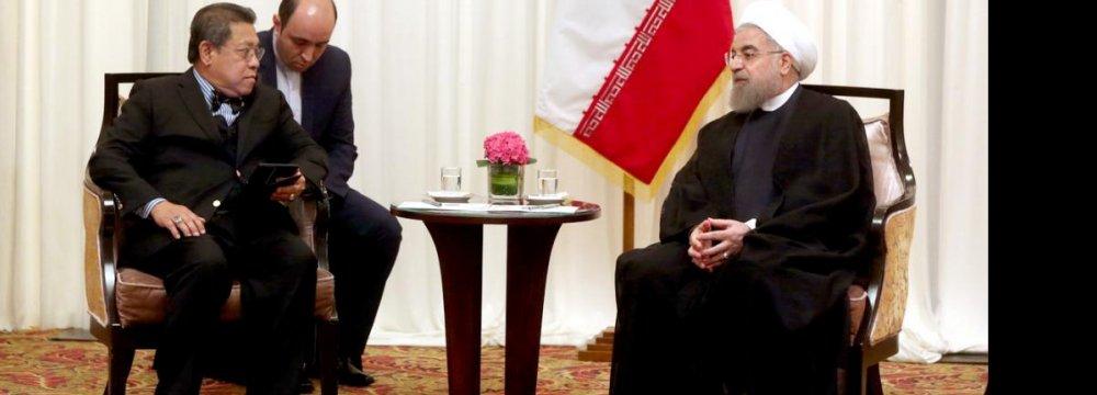 Malaysian Parliament Speaker Pandikar Amin (L) meets President Hassan Rouhani in Kuala Lumpur on Oct. 8.