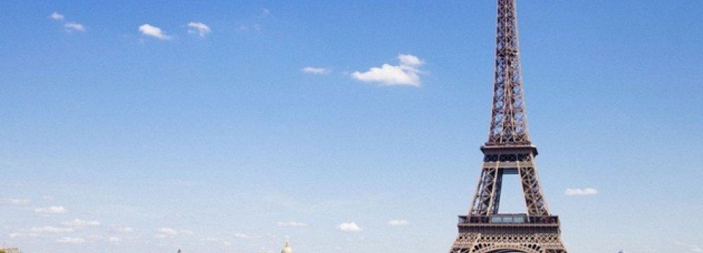 Japan Tour Agencies Clean Up Paris Streets