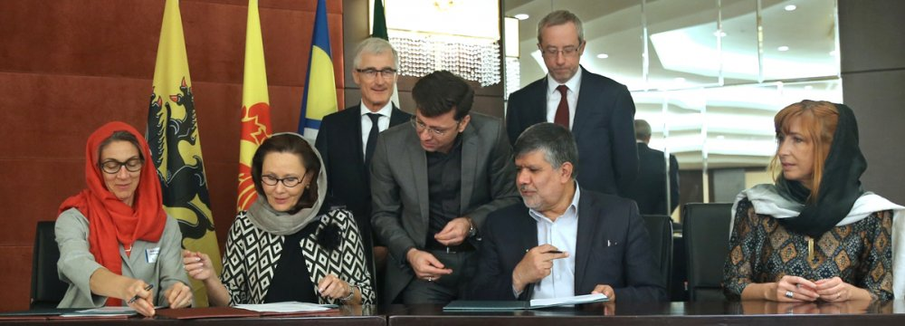 Nathalie Lafontaine, deputy director of the Cabinet of Minister Jean-Claude Marcourt of Walloon government (2nd L), and TPOI president and deputy minister of industries, Mojtaba Khosrotaj (2nd R), signed the MoU in Teghran.